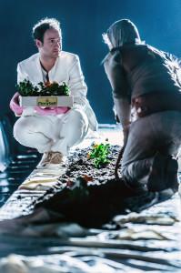 Kostümbild-silvana arnold-Aendere den Aggregatzustand deiner Trauer oder wer putzt dir die Trauerränder weg- Katja Brunner- Marco Stormann- Silvana Arnold